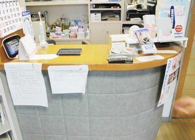 受付です。こちらで診察券をお出しください。