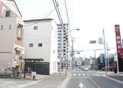 アンティーク調の外観です。静岡銀行さん、宅間内科皮膚科さんの向かいにあります。