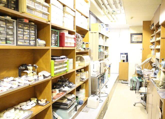当院には技工室があり、歯科医師と歯科技工士が連携してスピーディーに被せ物や入れ歯を作製できます