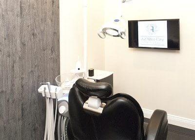チェアの目の前にはモニターを設置し、治療内容の説明に使用します。