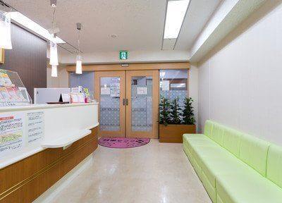 落ち着いた雰囲気で患者様がリラックスできる待合室になります。