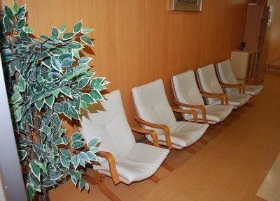 待合室です。ソファにゆったりお座りになってお待ちください。