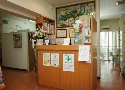 受付です。診療室からの光がステンドグラスを照らします。