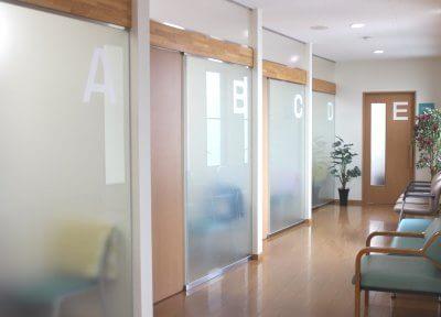 各診療室は患者様のパーソナルスペースを確保できるようにしています。