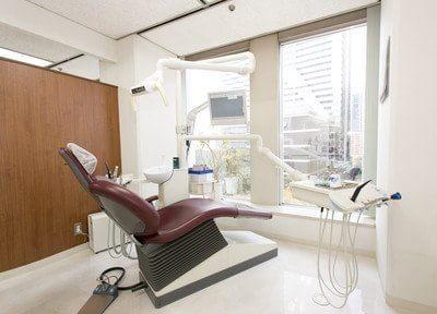 診察室は大きな窓から明るい光が差し込みます。