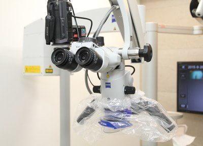 精密な顕微鏡を導入しています。今まで肉眼ではできなかった詳細な治療が行えます。