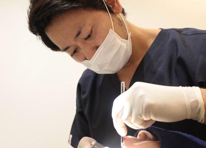 患者さまの話し方、口元の動きやかみ癖もチェック。虫歯の情報源を細かに確認して治療をしています