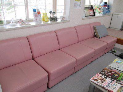 白とピンクをメインに統一してある、暖かい印象の待合室です。
