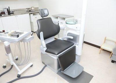 診療チェアです。隣のチェアとの間にパーテーションを設け、プライバシーの空間を保っています。