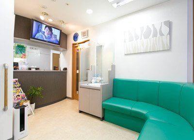 待合スペースにはテレビも設置しており、皆様にリラックスしていただける空間となっております。