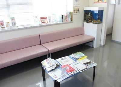 待合室には新聞などを置いています。ご利用ください。