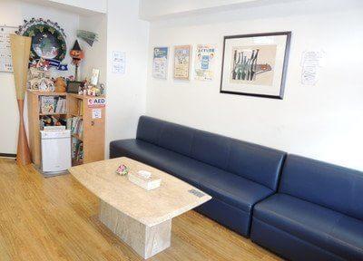 待合室のソファーです。お掛けになってお待ち下さい。