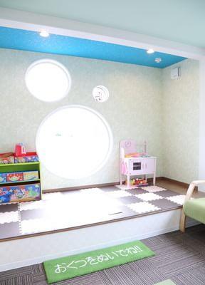 キッズルームには外の光が入るような丸い窓を設けております。治療中もスタッフが見守っておりますので、治療に専念できます。