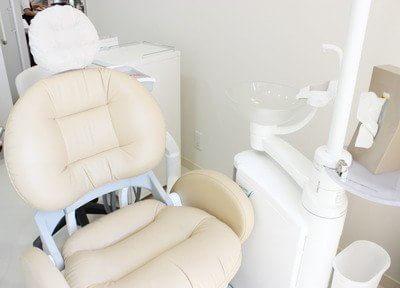 診療チェアです。白いふかふかのチェアは座り心地も抜群です。