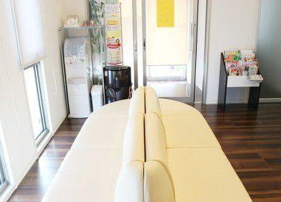 待合室です。大きなソファでゆっくりとお寛ぎ下さい。