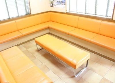 オレンジ色を基調とした待合室になります。