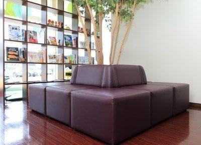 待合室です。大きなソファでごゆっくりお寛ぎください。