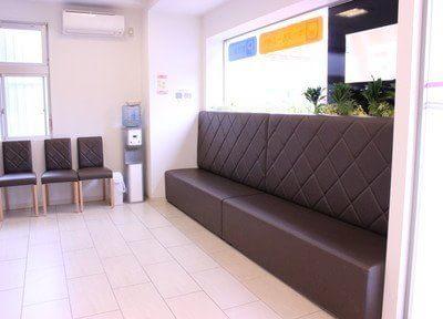 待合室は明るく、大きなソファがございますのでくつろいでお待ちいただけます。