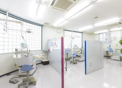 診療室です。パーテーションで仕切られているので、周りの目を気にすることなく治療が受けられます。