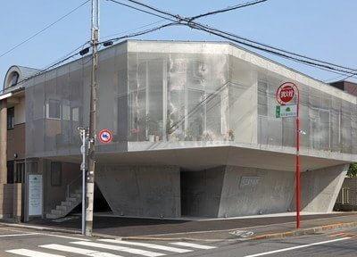 医院の外観です。豊田駅北口より京王バスに乗車、泉塚停留所から徒歩1分の位置にございます。