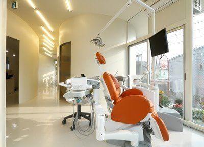 白を基調とした診療室は広く開放的な造りになっており、大きな窓から光を取り入れることで院内は明るくなっております。
