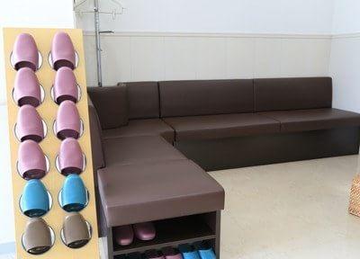 待合室にはソファーがあるので、リラックスしてお待ちください。